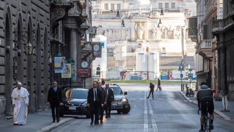Papa Francesco in centro a Roma