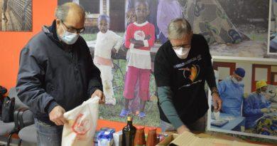 Tarquinia volontari preparano i pacchi alimentari