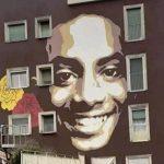 Il sorriso di Willy sulla palazzina dove abitava