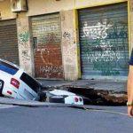 Benvenuti a Roma! Voragine a Tor Pignattara inghiotte auto